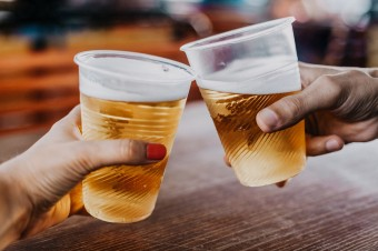 Hand-of-man-and-woman-holding-glasses-with-beer-941245668_2125x1416.jpeg